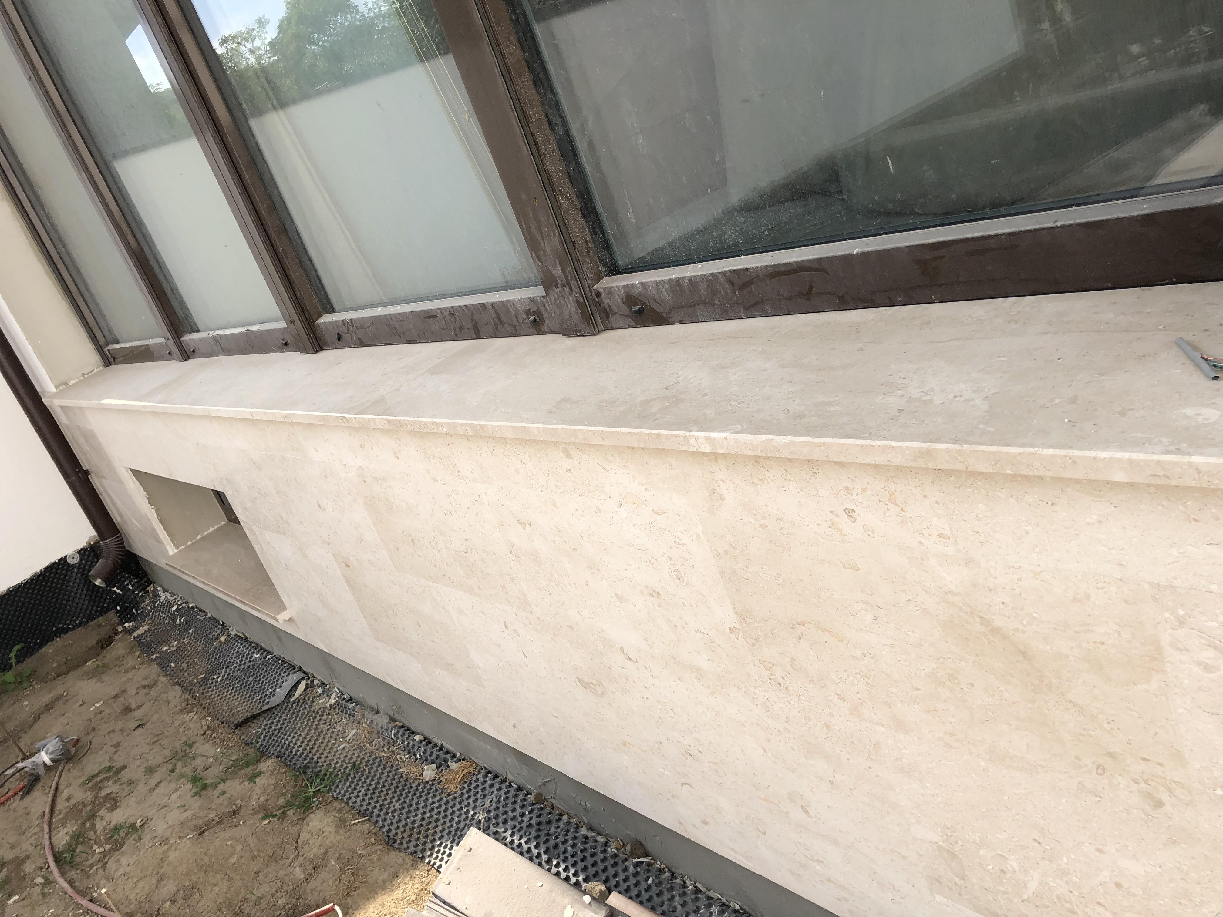 Breccia Sarda párkány x3cm vastagság, hosszoldali megmunkálás, vízorral fényes felülettel