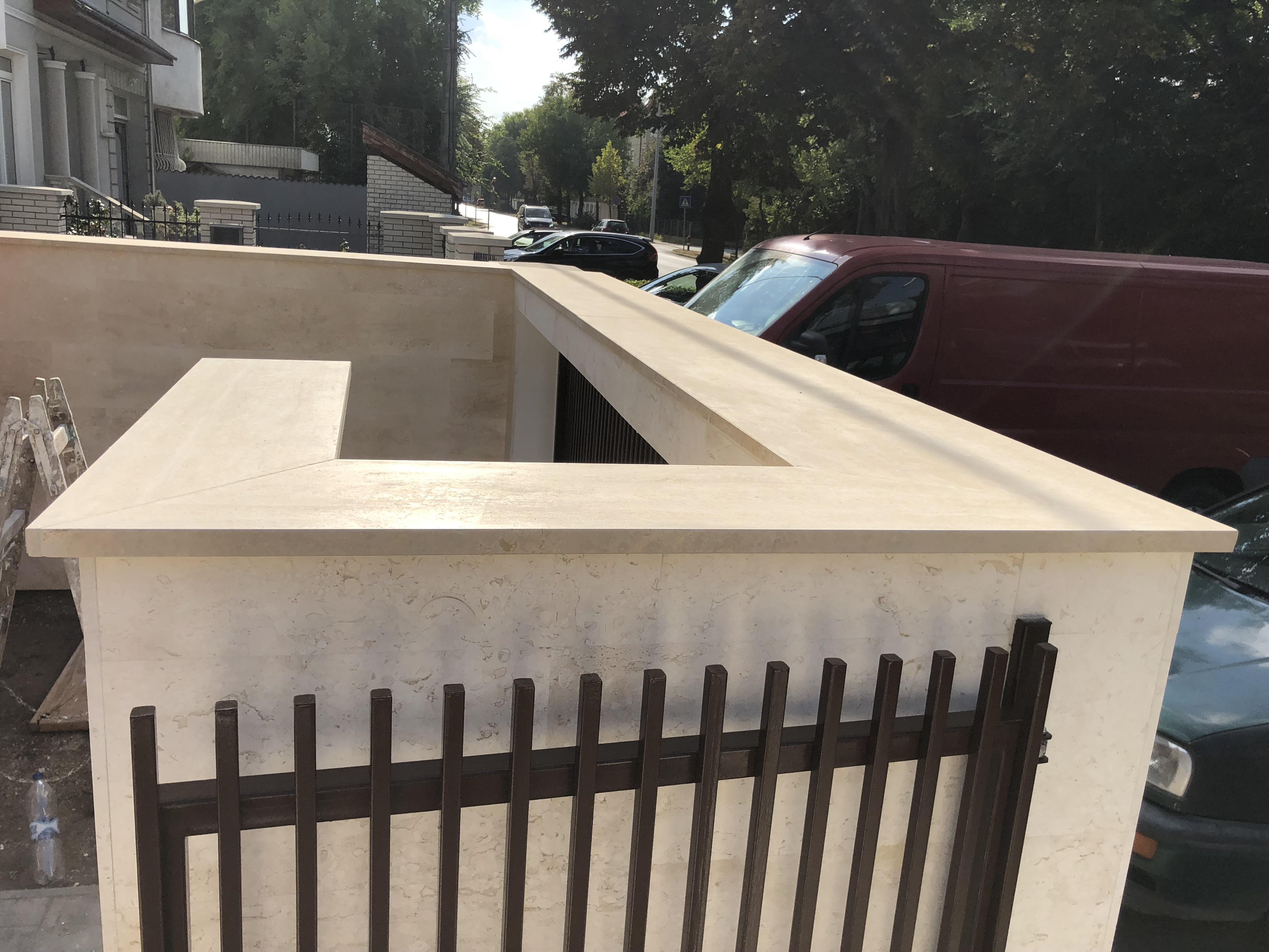 Travertin fedlap kerítésre x3cm vastagság minden oldal megmunálva, vízorral ellátva, fényes felülettel