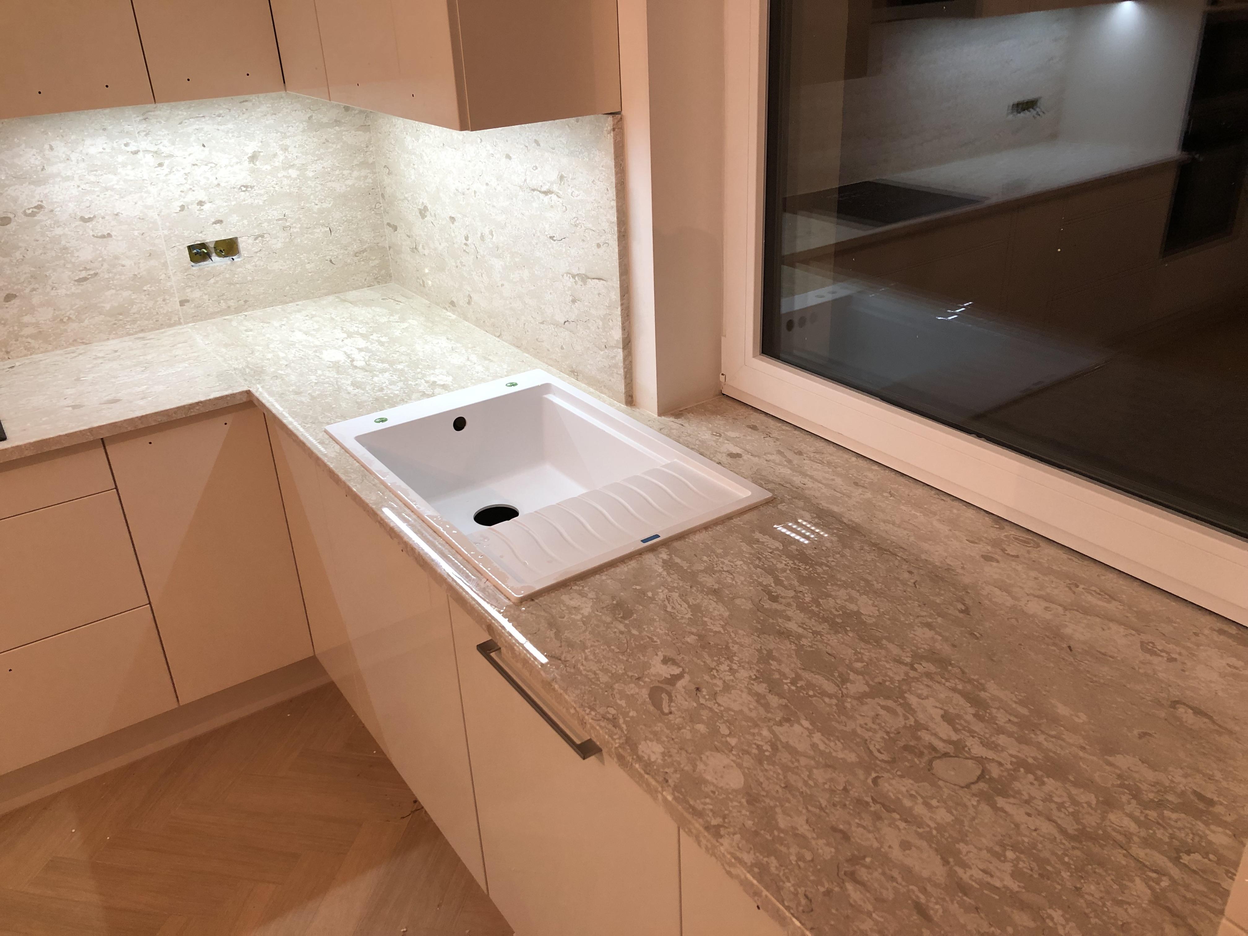 Royal Perlatino Márvány konyhapult x3cm, tükörfényes felülettel, gyári felületkonzerválással, az ablakpárkány a pult részét képzi!