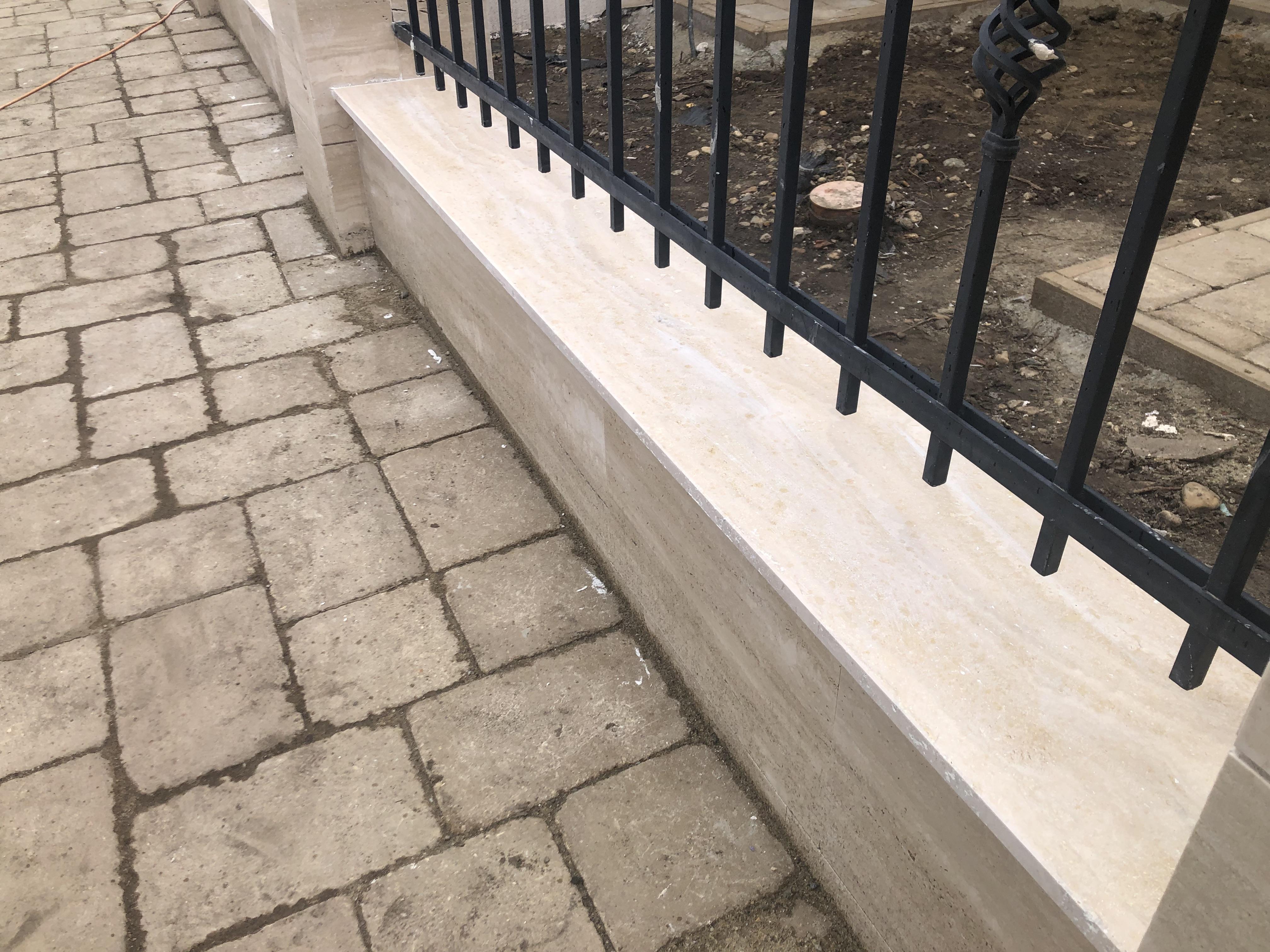 Travertin kerítés fedlap 2cm vastagságban 2 oldali élfénnyel és vízorozással