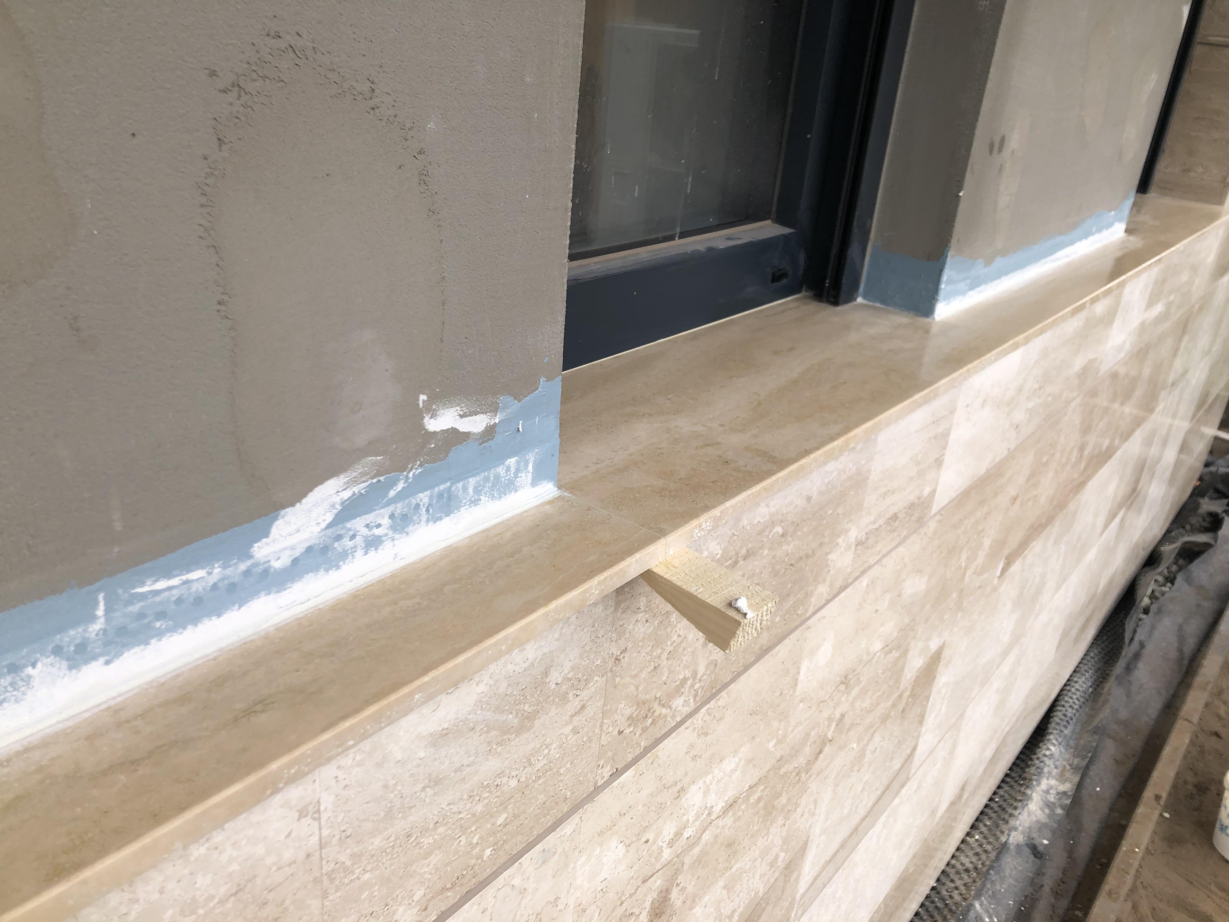 2cm vastagságú egyedi kültéri ablakpárkány Travertin anyagból